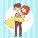 Jeunes mariés mignons sur un fond bleu Photo libre de droits