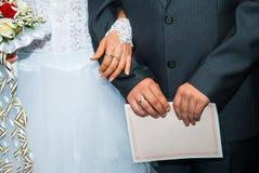 Jeunes mariés nuptiales de bouquet Photo libre de droits