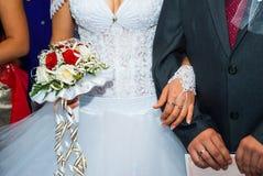 Jeunes mariés nuptiales de bouquet Images stock