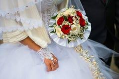 Jeunes mariés nuptiales de bouquet Image libre de droits