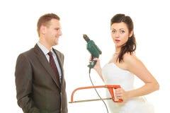 Jeunes mariés partageant des fonctions de ménage image stock