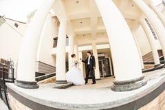 Jeunes mariés pendant l'hiver image libre de droits