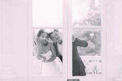 Jeunes mariés posant sur les rues Images stock