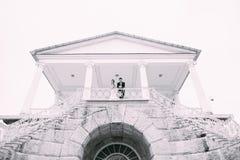 Jeunes mariés posant sur les rues Photographie stock