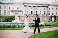 Jeunes mariés posant sur les rues Photo stock