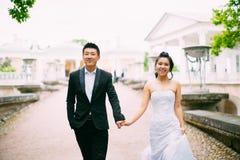 Jeunes mariés posant sur les rues Image stock