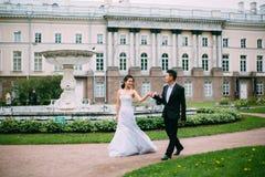 Jeunes mariés posant sur les rues Images libres de droits