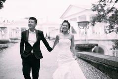 Jeunes mariés posant sur les rues Photos stock