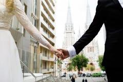 Jeunes mariés posant sur les rues de la vieille ville photographie stock