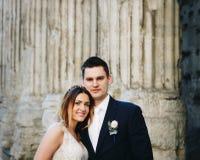 Jeunes mariés posant sur les vieilles rues de Rome, Italie Photographie stock libre de droits