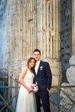 Jeunes mariés posant sur les vieilles rues de Rome, Italie Photos libres de droits