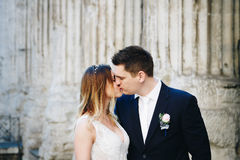 Jeunes mariés posant sur les vieilles rues de Rome, Italie Photo stock