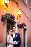 Jeunes mariés posant sur les vieilles rues de Rome, Italie Image stock