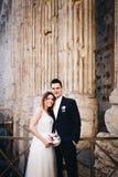 Jeunes mariés posant sur les vieilles rues de Rome, Italie Images stock