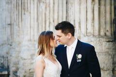 Jeunes mariés posant sur les vieilles rues de Rome, Italie Photo libre de droits