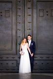 Jeunes mariés posant sur les vieilles rues de Rome, Italie Images libres de droits