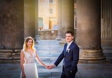 Jeunes mariés posant sur les vieilles rues de Rome, Italie Image libre de droits