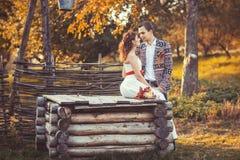 Jeunes mariés près du puits en bois Photos libres de droits