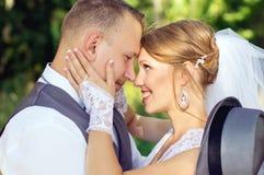 Jeunes mariés regardant dans les yeux Images stock