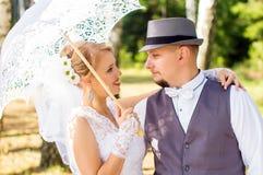 Jeunes mariés regardant l'un l'autre dans les bois Photos libres de droits