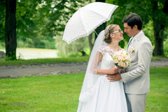 Jeunes mariés romantiques images stock