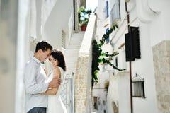 Jeunes mariés romantiques de couples dans le jour du mariage dans Sperloga, Itay Photos stock