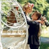 Jeunes mariés romantiques de couples de mariage de conte de fées embrassant dans le mA Image stock
