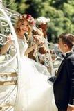 Jeunes mariés romantiques de couples de mariage de conte de fées posant dans le magnétique Photographie stock libre de droits