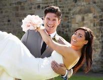 Jeunes mariés romantiques Embracing Outdoors images libres de droits