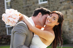 Jeunes mariés romantiques Embracing Outdoors image libre de droits