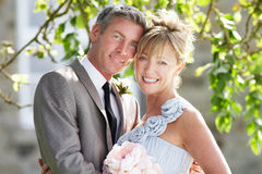 Jeunes mariés romantiques Embracing Outdoors photo libre de droits
