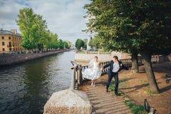 Jeunes mariés Running au remblai photographie stock libre de droits