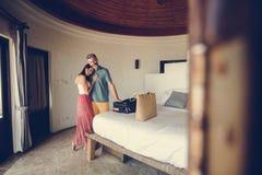 Jeunes-mariés signant à une chambre d'hôtel Image stock