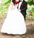 Jeunes mariés sous les palmiers Concept de vacances d'été photos stock