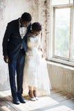 Jeunes mariés Standing sur le plancher en bois photos libres de droits