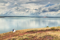 Jeunes mariés sur l'au bord du lac Photo stock
