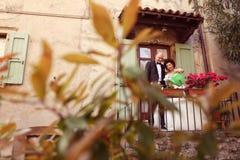 Jeunes mariés sur le balcon Photographie stock libre de droits