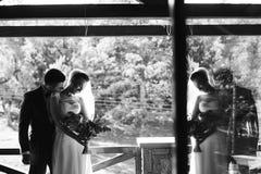 Jeunes mariés sur le balcon dans la chambre d'hôtel Images libres de droits