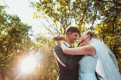 Jeunes mariés sur le fond de forêt Photos stock