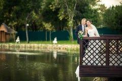 Jeunes mariés sur les banques Images libres de droits