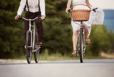 Jeunes mariés sur les vélos images stock
