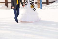 Jeunes mariés sur leur mariage d'hiver photographie stock libre de droits