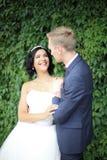 Jeunes mariés sur un fond des feuilles vertes Photo libre de droits