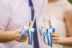 Jeunes mariés tenant épouser des verres avec le champagne Image libre de droits