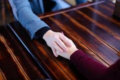 Jeunes mariés tenant des mains discutant épouser et lune de miel i Image libre de droits