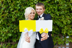 Jeunes mariés tenant le plat dans des vos mains Image stock