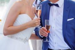 Jeunes mariés tenant un verre de champagne Photo stock