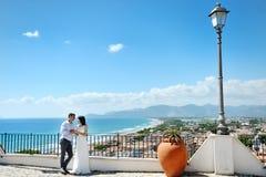 Jeunes mariés tendres de couples dans le jour du mariage dans Sperlonga, Itay Image stock