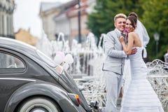 Jeunes mariés un jour du mariage Images libres de droits