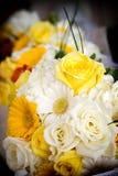 Jeunes mariées épousant des fleurs Photos libres de droits